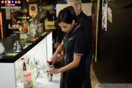 Aluna preparando drinque El Mago