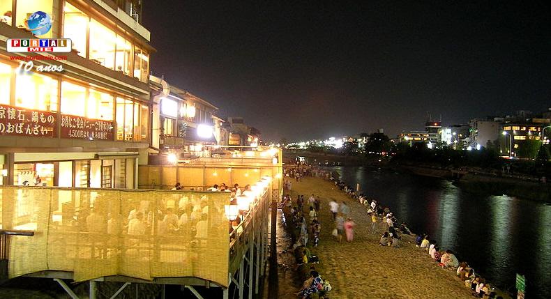 &nbspTerraços de restaurantes ao longo de rio são abertos para marcar o início do verão em Quioto