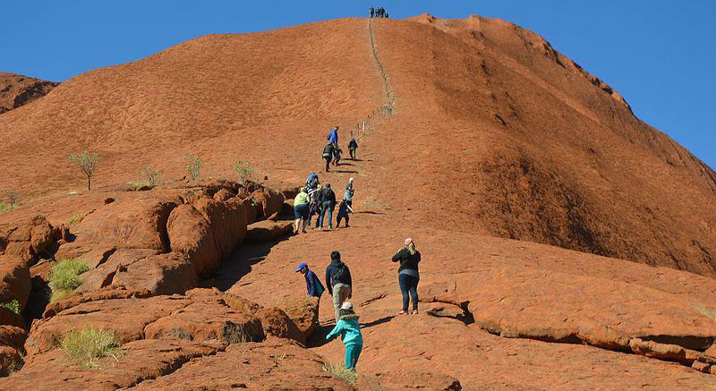 &nbspAustrália vai proibir escalada ao 'monte sagrado' Uluru