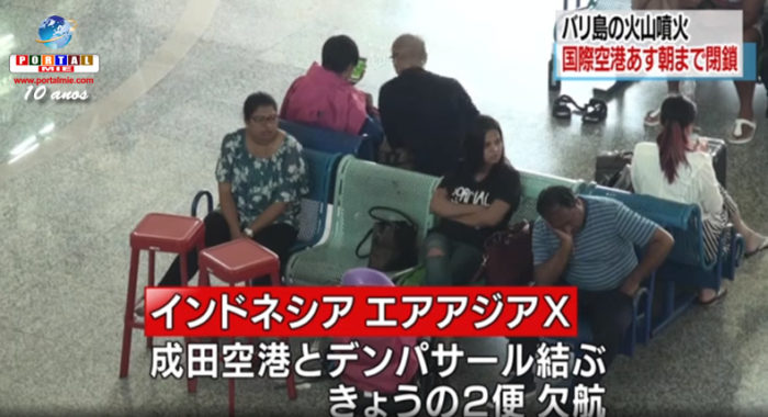 Passageiros aguardam no aeroporto em Bali na segunda-feira