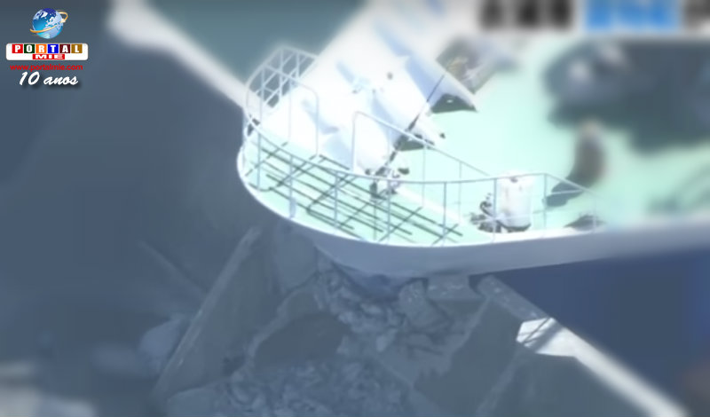 &nbspNavio cargueiro gigante bate em quebra-mar em Aichi