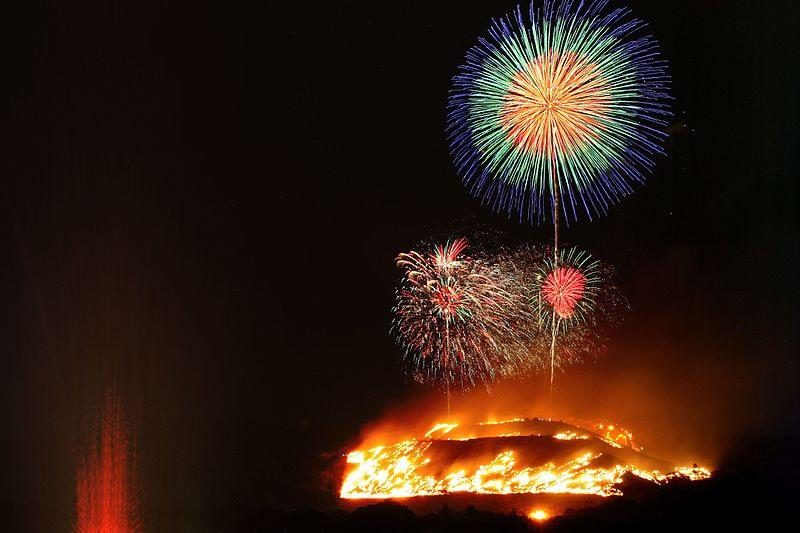 &nbspMontanha em chamas e fogos de artifício do festival Wakakusa Yamayaki