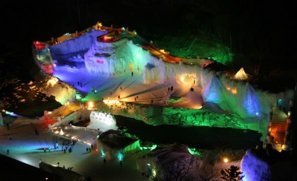 &nbspIncrível festival das 'cascatas de gelo' atrai público em meio a frio abaixo de zero