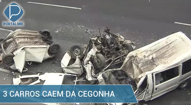 &nbspTrês carros caem da cegonha e provocam acidente com caminhão