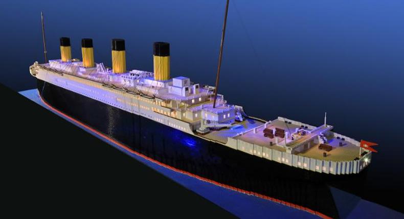 &nbspGaroto com autismo constrói maior réplica do mundo do Titanic com peças de Lego
