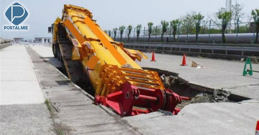 &nbspPavimento cede e carroceria do caminhão é engolida pelo buraco