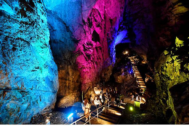 &nbspCaverna com iluminação colorida vira hit no Instagram