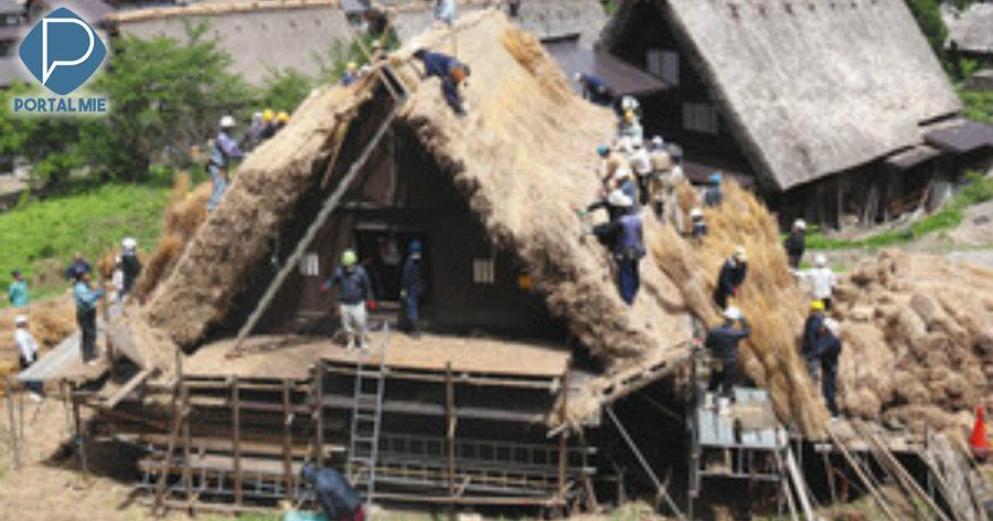 &nbspTrabalhosa troca do telhado de palha da aldeia de Shirakawa