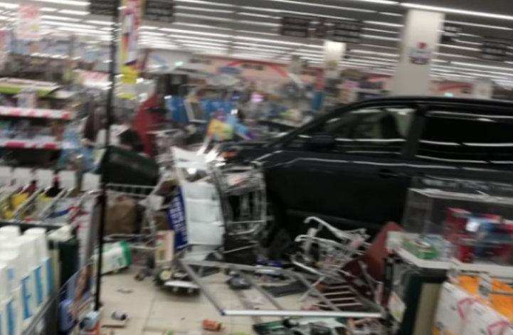 &nbspCarro invade supermercado e fere 14 pessoas