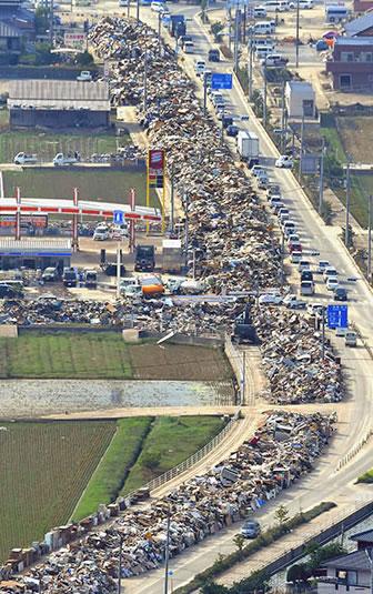 &nbspMontanhas de lixo continuam aumentando em áreas atingidas por inundações