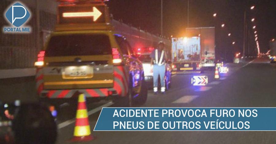 &nbspVeículos têm pneus furados por causa do acidente do caminhão