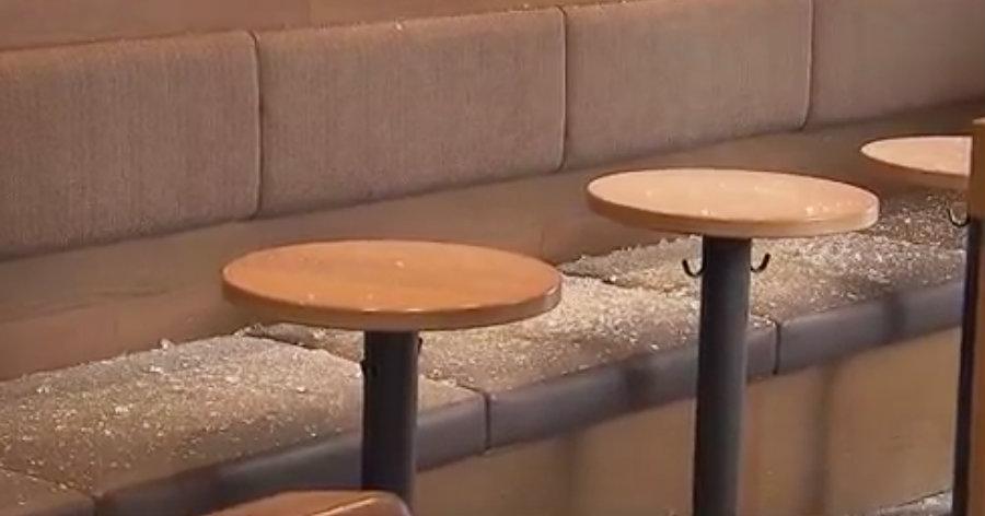 &nbspDois carros acabam com a lateral do Starbucks Coffee