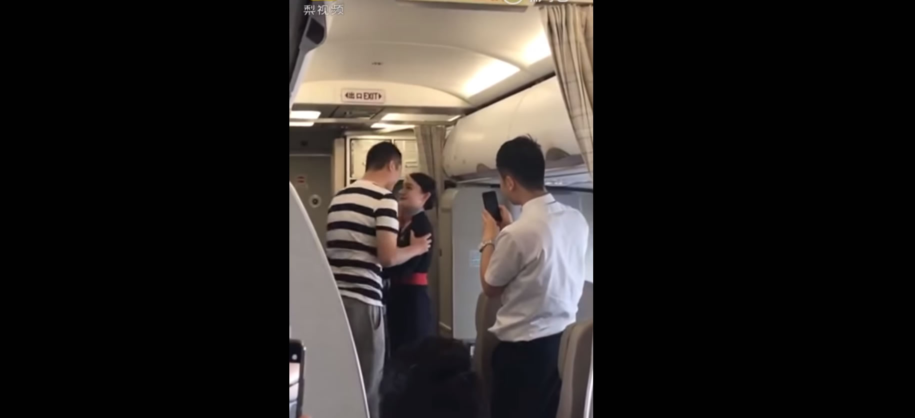 &nbspComissária de bordo é demitida por aceitar pedido de casamento durante voo