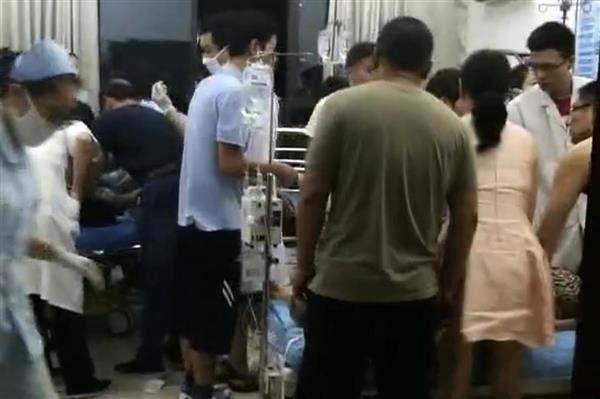 &nbsp11 mortes e 44 feridos: chinês invade praça com carro