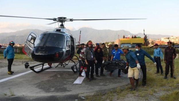 &nbspCorpos de 9 alpinistas são resgatados de montanha no Nepal após tempestade de neve