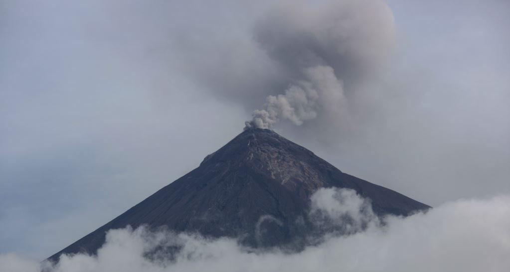 &nbspVulcão de Fogo da Guatemala lança colunas de cinzas meses após erupção mortal