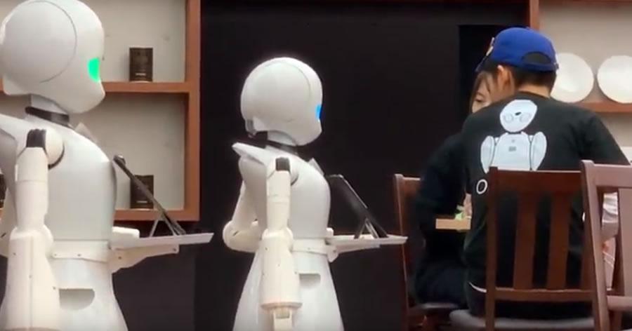 &nbspRobôs que são garçons servem clientes em café no Japão