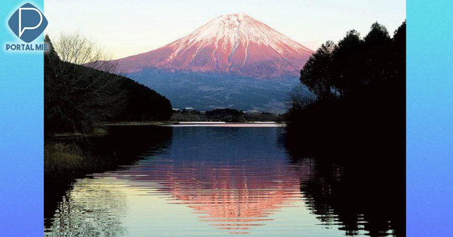 &nbspMonte Fuji brilha em tom vermelho